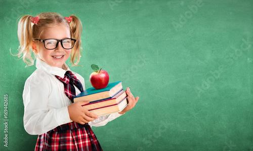 Plakat Little Schoolgirl Gospodarstwa Książek I Apple
