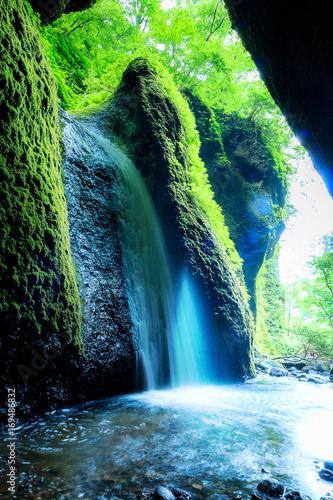 piekny-wodospad-widoczny-z-jaskini