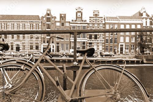 Naklejki na meble Rower zaparkowany na nabrzeżu w Amsterdamie