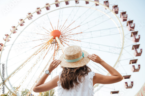 Foto Back view of a young girl in hat standing