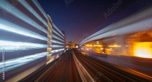 Plakat Kolejowy ślad i drapacze chmur widzieć przez długiego ujawnienia ruchu zamazujemy w Londyn, Anglia, UK podczas wczesnego wieczór