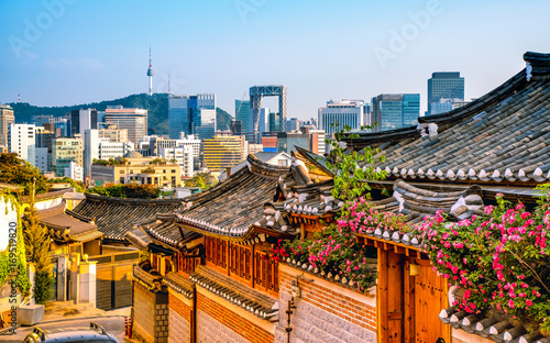 Photo Stands Asian Famous Place Traditional Korean style architecture at Bukchon Hanok Village in Seoul, South Korea.