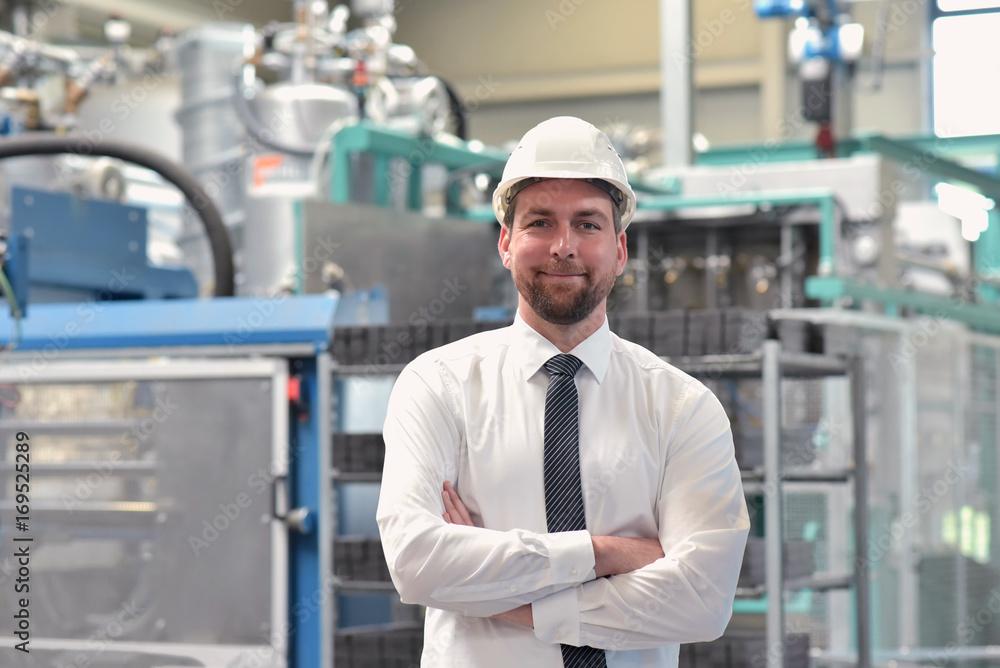 Fototapeta Portrait Geschäftsmann vor Ort in einer Industrieanlage