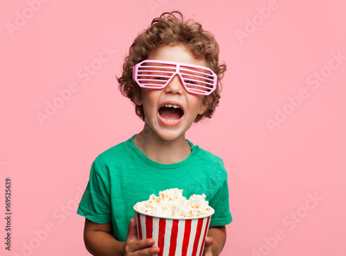Photo  Excited kid with popcorn