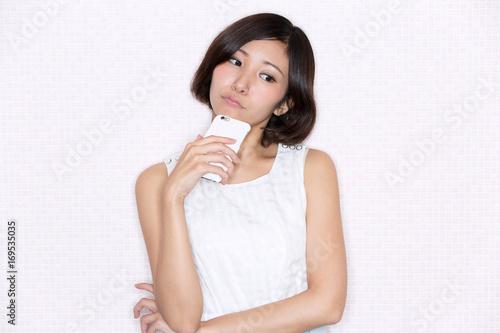 Fotografía  スマートフォン・考える女性