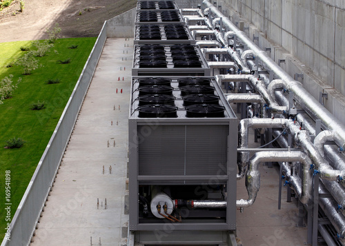 Fotografía  Air chiller. Sets of cooling towers in data center building.