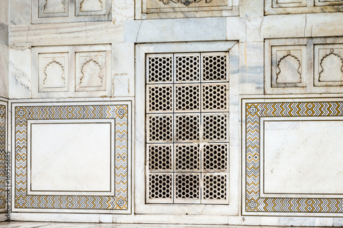 Stickers pour porte Delhi Taj Mahal (Crown of Palaces), an ivory-white marble mausoleum on the south bank of the Yamuna river in Agra.