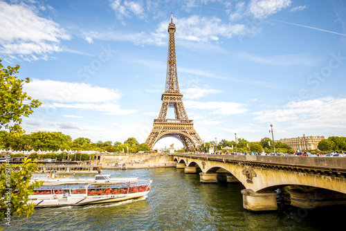 Papiers peints Paris View on the famous Eiffel tower with Seine river and bridge in Paris