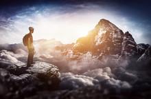Bergsteiger Steht Auf Gipfel Und Blick In Die Ferne Zu Eine Großen Berg
