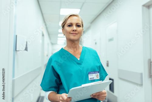 Fotografia  Portrait of mature female nurse working in hospital