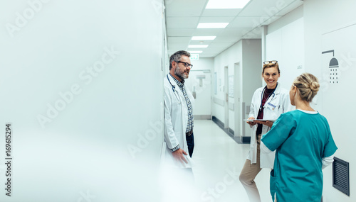Fotografiet  Medical team discussing in corridor at hospital