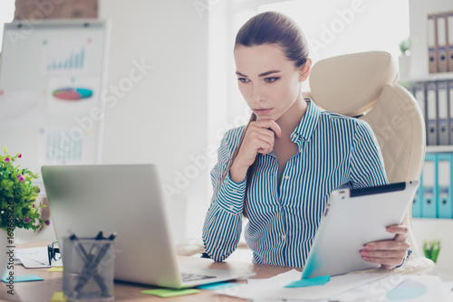 Photo Serious ponder young business lady economist is thinking which decision to make