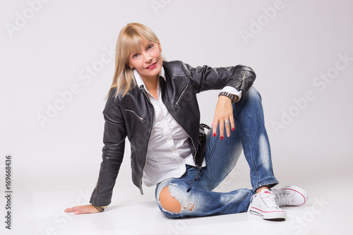 Fotografia  mature woman 40s sitting, casual clothes, white background