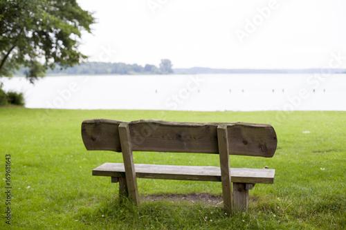 Fototapeta Banco de madera frente a lago