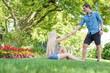 Mann hilft seiner Freundin im Stadtpark hoch
