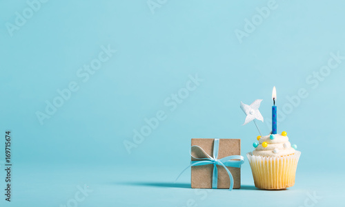Photo  Cupcake with candle and present box celebration theme