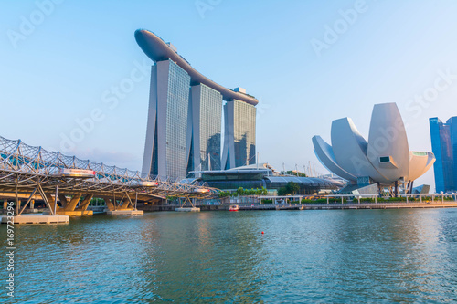 Papiers peints Singapoure Singapore, Singapore - August 24, 2017: View at the Marina Bay in Singapore during the night with the iconic landmarks of The Helix Bridge.