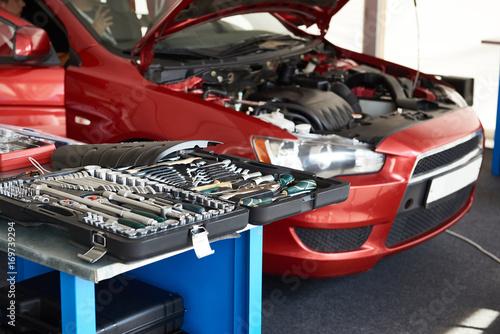 Zdjęcie XXL Zestaw narzędzi na stole w serwisie samochodowym
