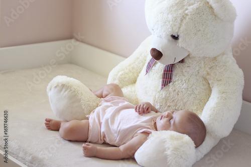 Fotografie, Obraz  Bebé durmiendo sobre el regazo de un oso de peluche