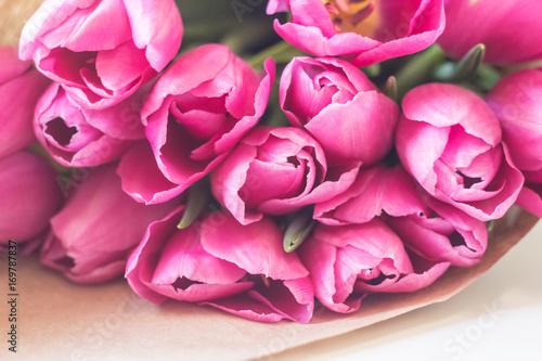 Plakat bliska obraz świeżych różowe i fioletowe tulipany na stole