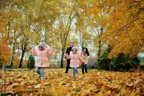 Plakat Szczęśliwa rodzina bawić się w jesień parku