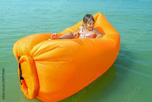 Vászonkép belle enfant sur son matelas gonflable