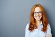 lächelnde geschäftsfrau mit blauer brille