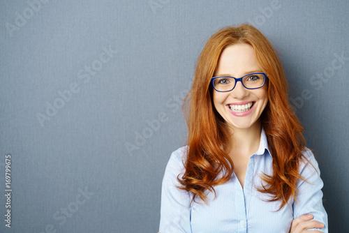 lächelnde geschäftsfrau mit blauer brille Wallpaper Mural