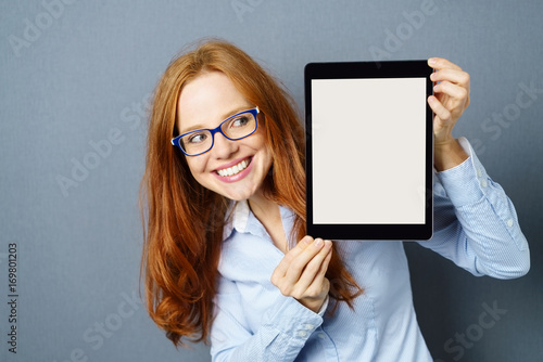 lachende frau zeigt tablet monitor