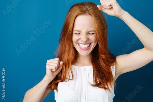 Fotografía  frau freut sich und lachend ballt die fäuste