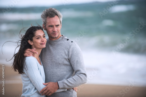 Fotografia  Portrait of a couple walking on the beach