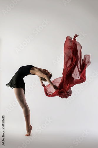 Fotografia  graceful ballet dancer dancing on a light background with a fluid, lightweight r