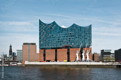Fotobehang Theater Blick auf die Elbphilarmonie und Hafencity im Hamburger Hafen