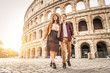 Leinwanddruck Bild - Couple at Colosseum, Rome