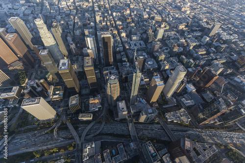 Zdjęcie XXL Widok z lotu ptaka góruje wzdłuż harbour 110 autostrady ww centrum Los Angeles, Kalifornia.