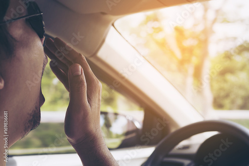 Photo  Sleepy yawning man driving a car