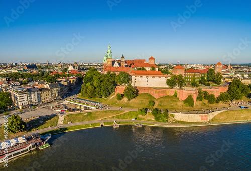Fototapeta Kraków z powietrza. Krajobraz miasta z lotu ptaka z widocznym nabrzeżem Wisły i Wawelem. obraz na płótnie