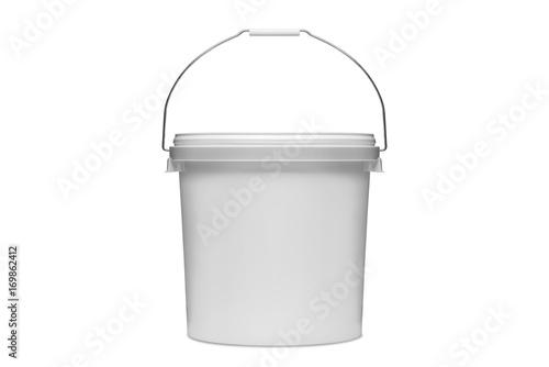 Plastikowe wiaderko na białym tle