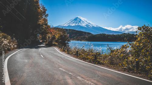 mt-fuji-w-japonii-i-droga-nad-jeziorem-kawaguchiko