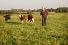 фермер в поле с м...