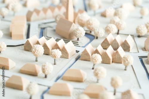 Fotografía  Städtebauliches Modell aus Holz und Karton mit Weißen Bäumen