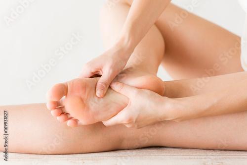 Fototapeta 足裏をマッサージする女性