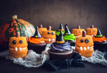 Scary Halloween Cup Cakes On T...