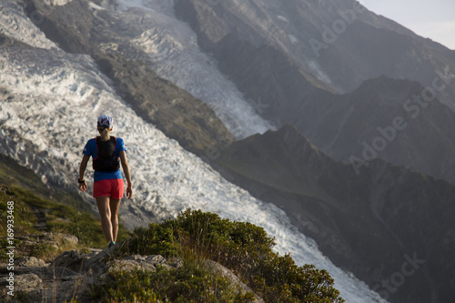 Photo athlete running on high mountain