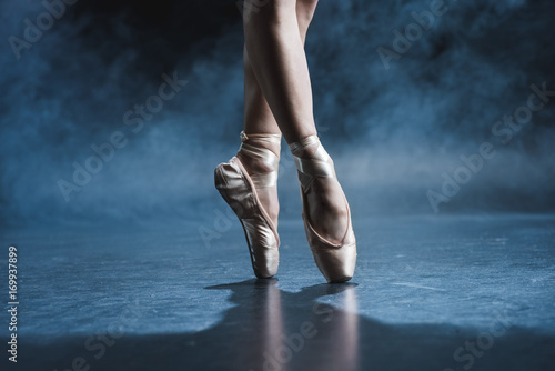 Valokuva ballet dancer in pointe shoes