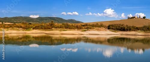 Paesaggio toscano riflesso nel lago Canvas Print