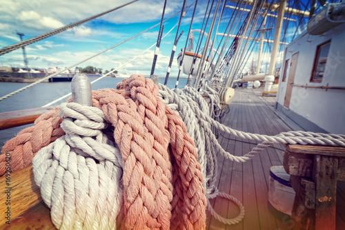 Türaufkleber Schiff Ropes on a sailboat