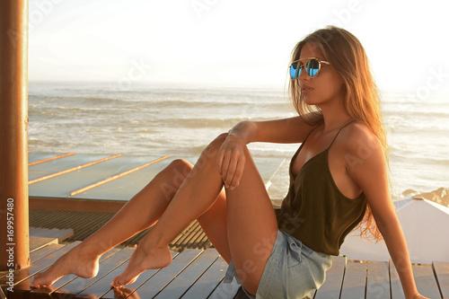 Joven con gafas frente al mar