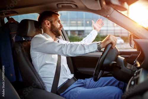 Fotomural traffic jam - stressed businessman driving car.