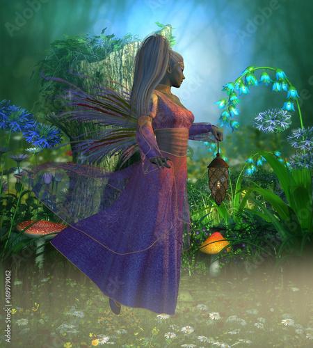 Plakat Wróżka Laryn - Wróżka Laryn leci przez mglisty las wieczorem trzymając jasną latarnię, aby oświetlić jej drogę.